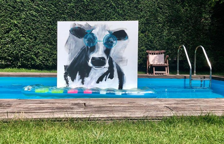 Mert ebben a kánikulában a tehénnek is baromi melege van..!  @eva_sarkozi.art #szinesenfestek #cow #art #artist #paint #painting #modern #modernart #homeart #arthome #color #colors #glasses #sunglasses #water #bich #pool #mattress #sun #sunshine #modernpainting #funny #happy #rest #filling #happyfilling #hothothot #sunnybeach #sunny